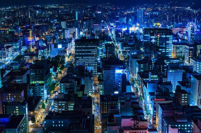 札幌中心部の夜の街並みの画像
