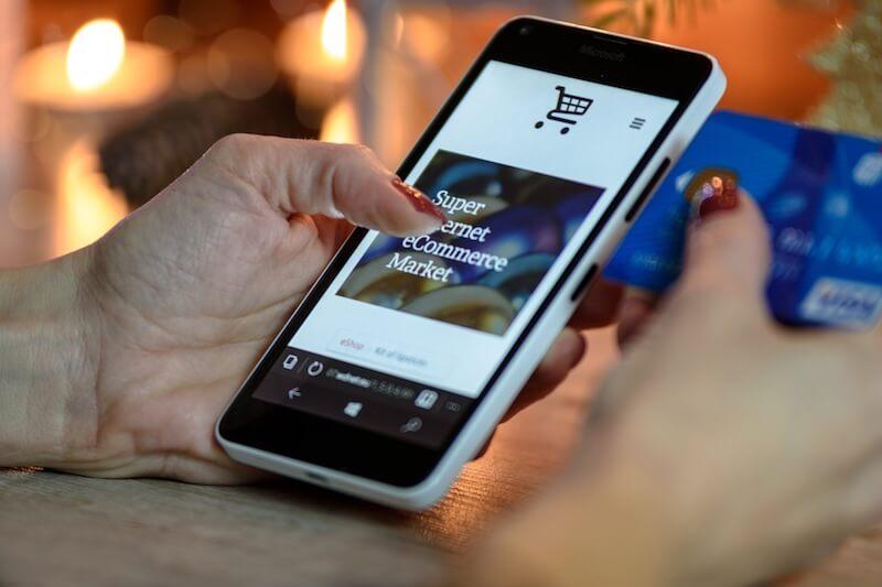 スマートフォンとクレジットカードの画像