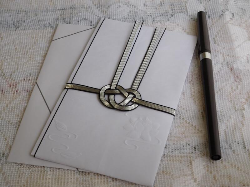 不祝儀袋と筆ペンの画像