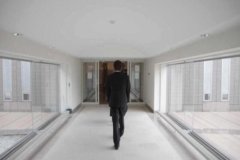 火葬場の中を歩く男性の画像