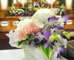 葬儀会場に飾られた花の画像