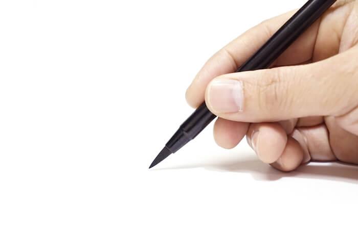 お礼状を書いている時の手の画像