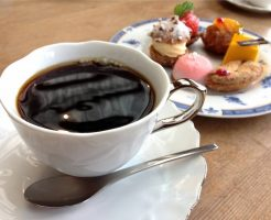 美味しそうなコーヒーとケーキの画像