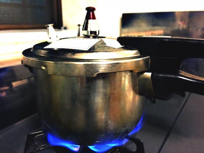 圧力鍋で調理している様子の画像