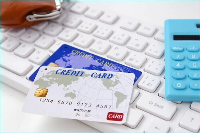 クレジットカードと電卓の画像
