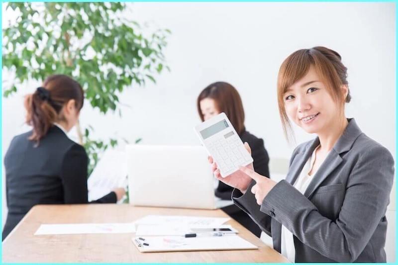 節約できる金額を電卓で見せてくれている女性
