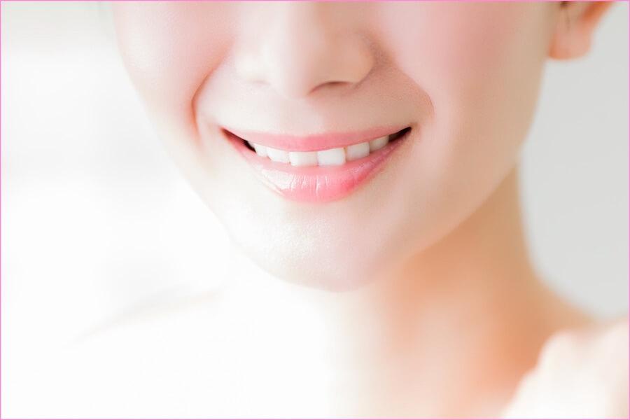 歯並びが良くて綺麗な女性が微笑んでいる画像