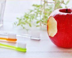 オーラルケアのイメージ画像(歯ブラシ・コップ・りんご)