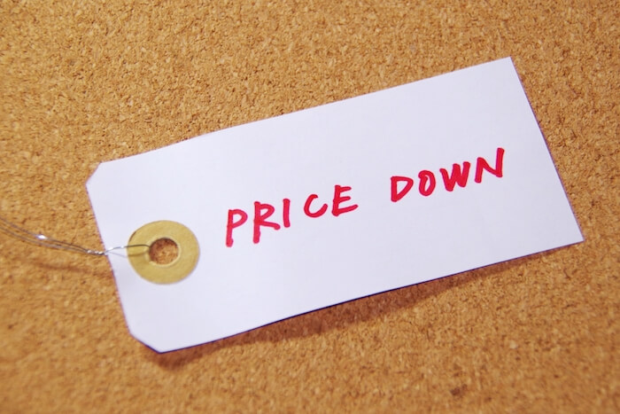 PRICE DOWNと書かれている札の画像