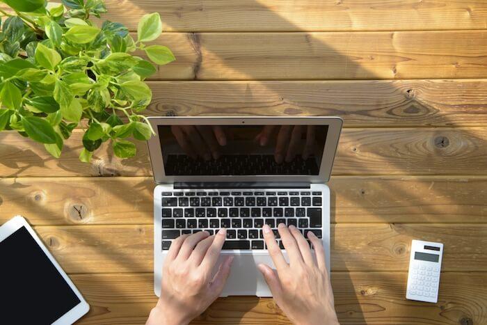 MacBookで文章を書いている様子の画像